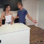 Videos porno gay com dois rapazes na cozinha de casa