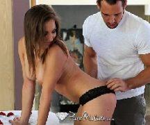 Mulher de corno dando para o seu massagista