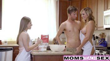 Mulheres nuas ao vivo gozando em sexo na cozinha com o rapaz