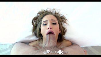 Sexo exitante com a rola veiuda comendo a novinha