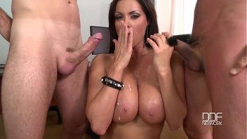 Flagra boquete de mulher mamando dois caras