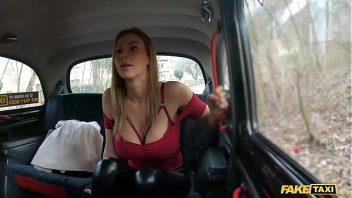 Bangros com gata peituda no taxi sendo fodida forte