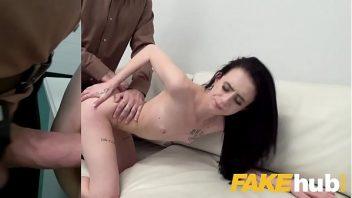 Escritório do sexo com a gatinha fodendo com o seu chefe