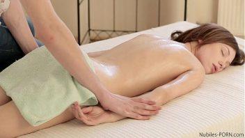 Novinha da buceta inchada faz sexo com o seu massagista