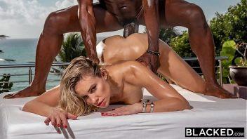 Novinha gozando em sexo com o bem dotado negro