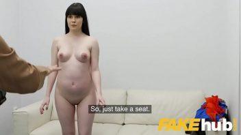 Pornô com a branca mulher bem gostosa em sexo no sofá