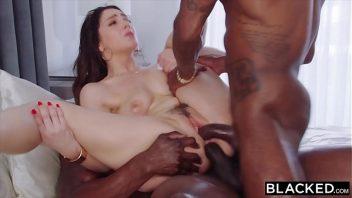 Sexo dp com a boa vagabunda em sexo com dois machos