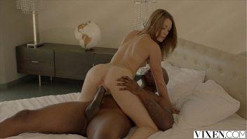 Sexy porno com o bem dotado negro comendo esta vadia