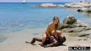 Abrindo a buceta para o negro na praia
