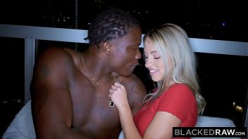 Corno xxx deixa negro comer sua esposa loira