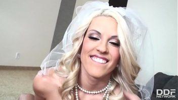 Gozando na boca da loira esposa que fode depois do casamento