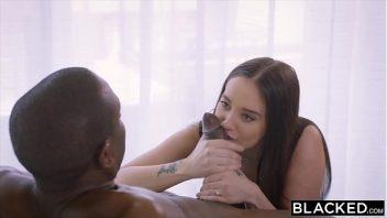Porno bucetuda e comida forte pelo negro