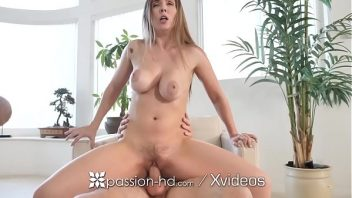 Seios gostosos da peituda em sexo na poltrona