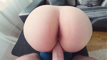 Amador xvideo mulher na sala de casa sente prazer dando