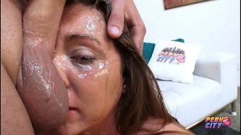 Bebendo esperma da grande pica do cara