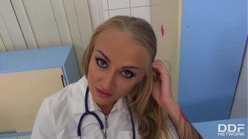 Coroa fazendo boquete na piroca do seu paciente no hospital