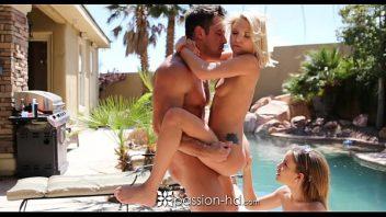 Duas mulheres fazendo sexo com o bem dotado macho