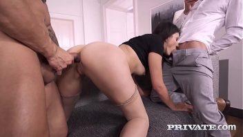 Dupla penetração caseira da puta com os machos
