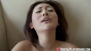 Japa peituda com o cara a fodendo no sexo gozado