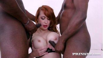 Lambuzada ruiva em sexo com dois negros