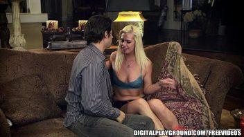 Sexo sentada da loira linda de noite no sofá da sala de casa