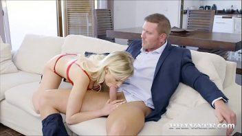 Tetinhas linda da magrinha loira que esta em sexo anal