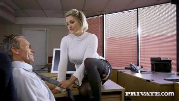 Bucetinha depilada da loira secretaria no sexo com o seu chefe