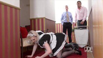 Empregada pelada pagando boquete para os dois chefes