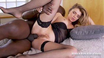 Sexo entre família comendo a prima que gosta do cacete preto dotado