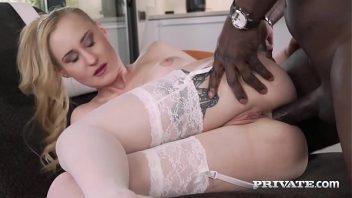 Sexo oral e anal da oira boa com o negro super dotado