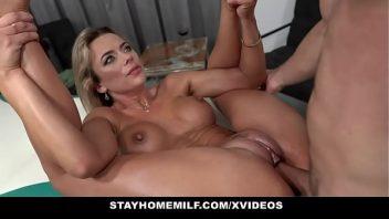 Filmede sexo loira gata com seu massagista a fodendo ali