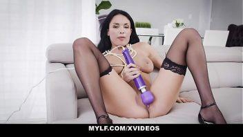 Masturbação quente da magrinha na sala de casa