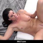 Na intimidade porno coroa com sua buceta sendo comida no pelo