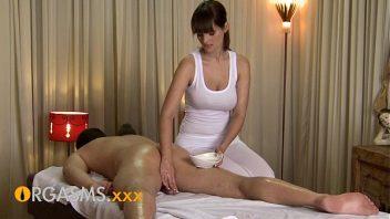 Prno massagista safada gozando no cacete do seu cliente